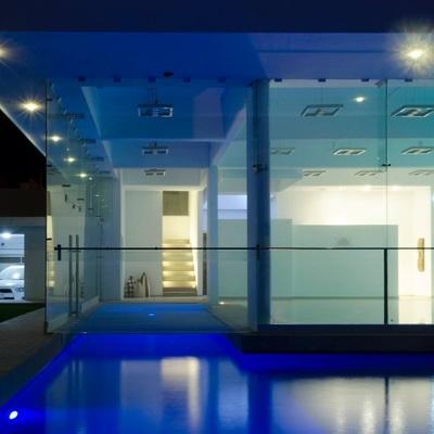 Casa de dos pisos con fachade en cristal templado