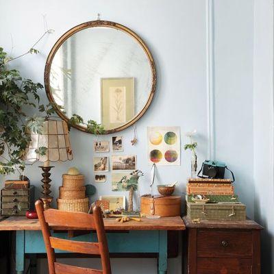 Zona de trabajo vintage decorada con plantas