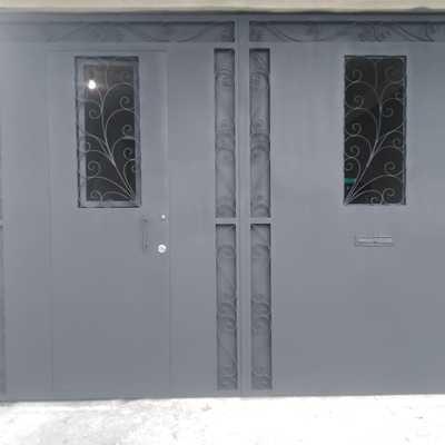 Portón con puerta de entrada y protecciones