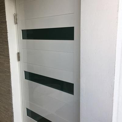 puerta con intermedio de vidrio