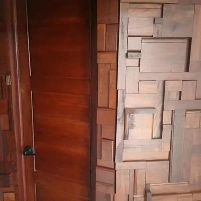 puertas de baño y muro de limosnas