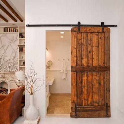 Baño con puerta corrediza de madera