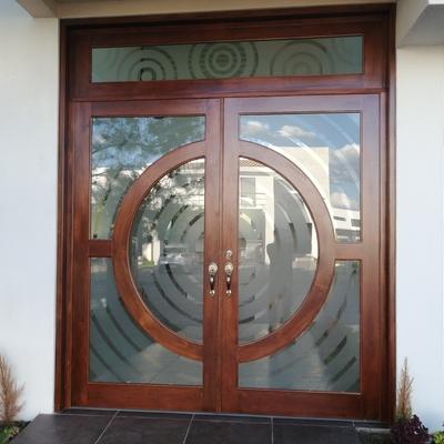 Puerta principal en madera de cedro rojo