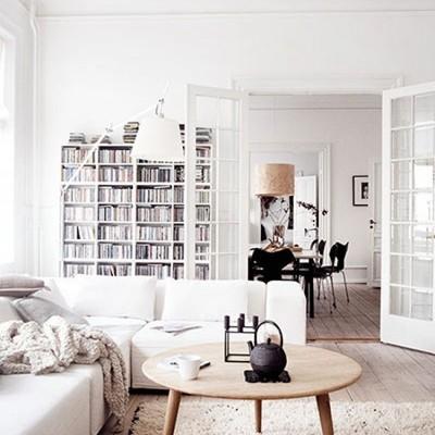Sala estilo nórdico con puertas de cristal