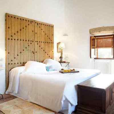 Puerta de madera convertida en cabecera de cama