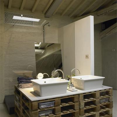 Gabinete de baño hecho con tarimas de madera recicladas