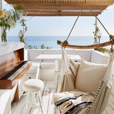 Terraza con columpio frente al mar