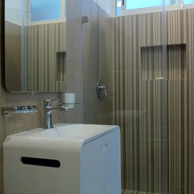 Baño completo estilo moderno.