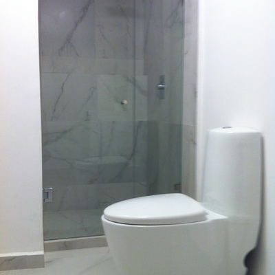 Remodelación de baño estilo minimalista moderno