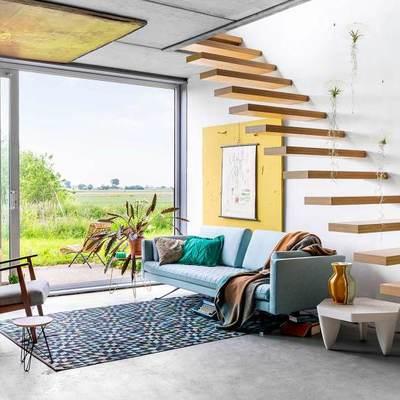 sala amplia con ventanas y escaleras