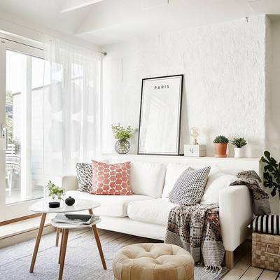 Sala decorada con colores claros