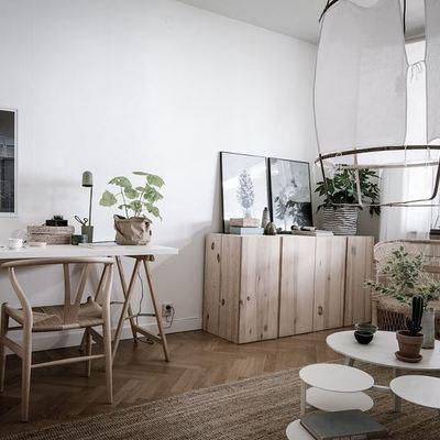 Sala con piso y muebles de madera