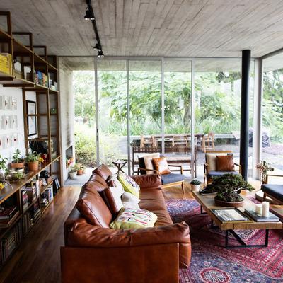 Sala con estantería y ventanas grandes
