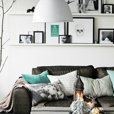 salón con lámpara de techo blanca