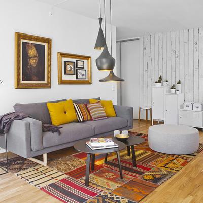Sala con papel tapiz en la pared