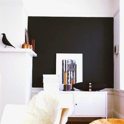 Sala con pared pintada en negro