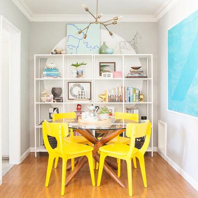 Sala remodelada con tonos amarillos y azules