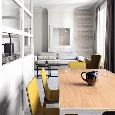 salon-con-sillas-amarillas-