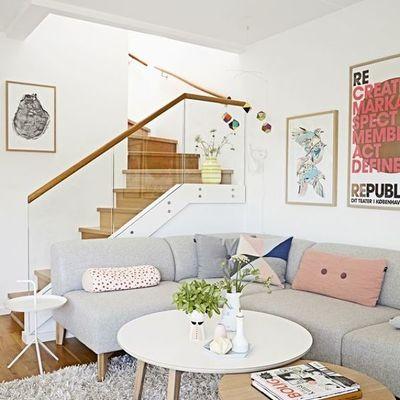 Sala con escaleras de madera