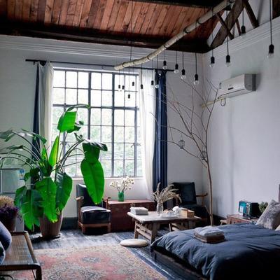 Casa con techo de madera y focos colgantes