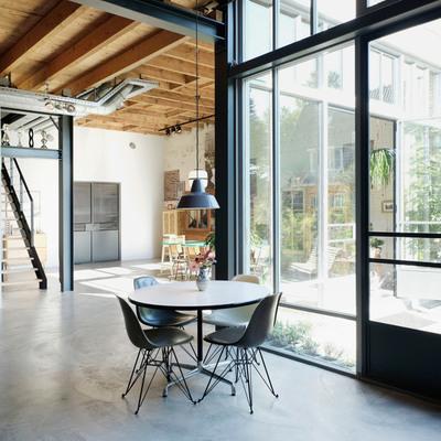 Un almacén antiguo transformado en una vivienda moderna