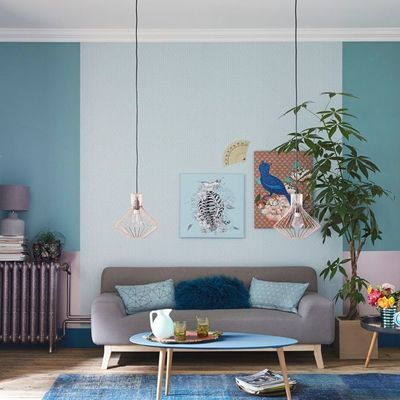 Sala estilo ecléctico con lámparas colgantes y paredes pintadas