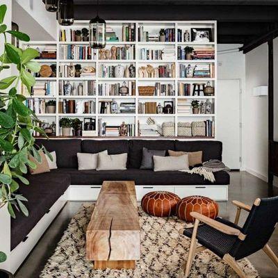 Sala gris con estantería de piso a techo