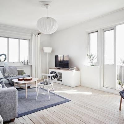 salon nordico con techos blancos