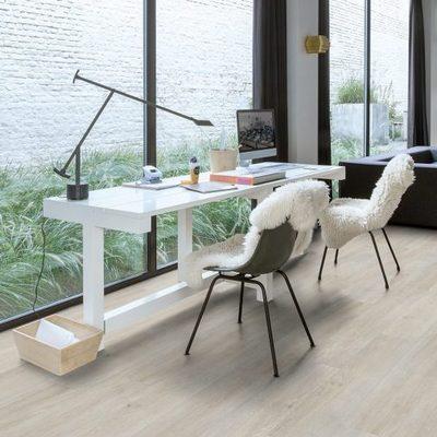 Zona de trabajo con piso laminado