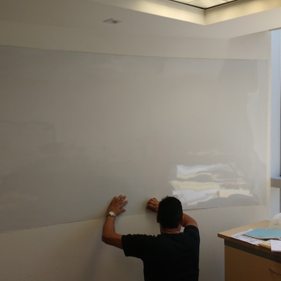 Trabajos de colocación de Caja Fuerte y Pintarrón sobre muro curvo