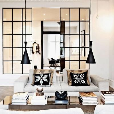 Separa ambientes con paneles y puertas de vidrio