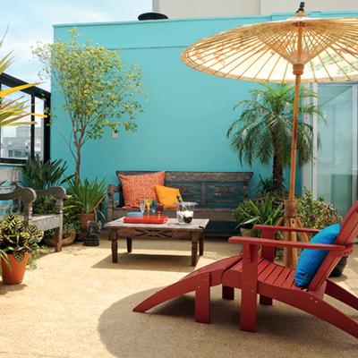 terraza con pared azul