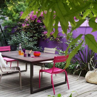 Terraza remodelada con piso de madera y paredes pintadas