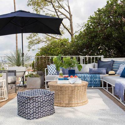 Terraza equilibrada con sillón y sombrilla