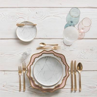 Vajilla puesta en la mesa