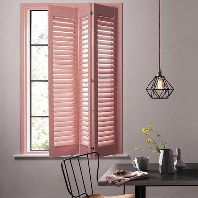 Ventana pintada de rosa