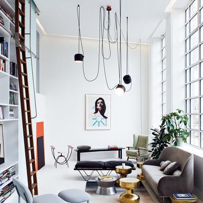Habitación con ventanas y sofá