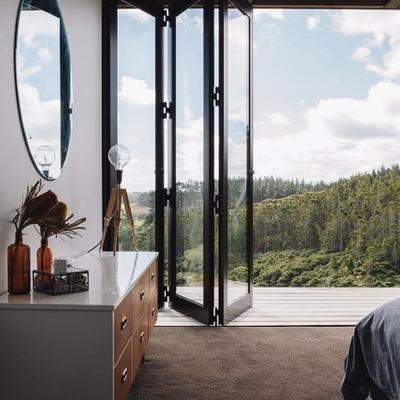 Habitación con ventanas corredizas