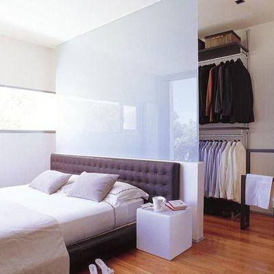 Vestidor detrás de la cama