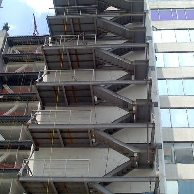 Vista de escaleras faltando piso por montar.