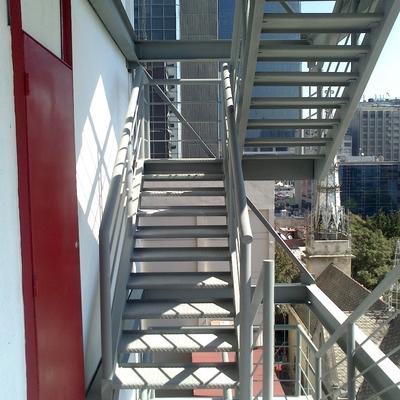 Escaleras de emergencia a base de estructura de acero.