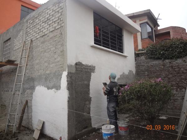 Foto Aplicando Acabado En Muros Exteriores De Centro De Soluciones - Muros-exteriores