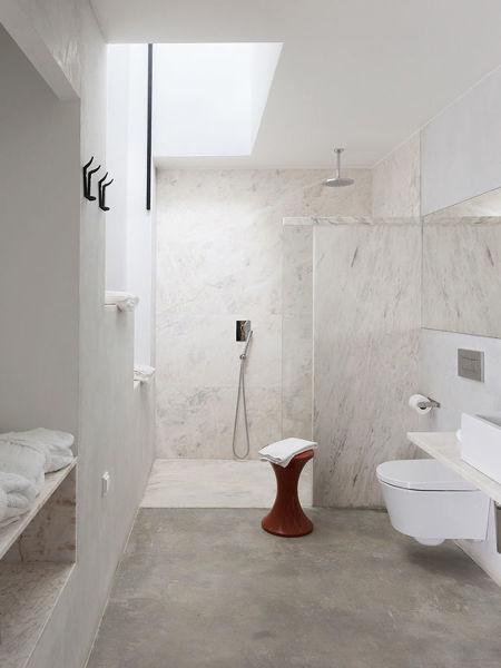 Foto ba o con piso y paredes de microcemento 243947 for Modelos de baneras para bano