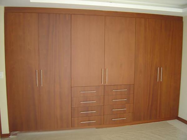 Foto closet compartido de muebles sobre dise o 174496 for Puertas madera economicas