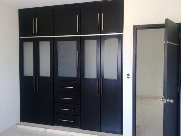 Foto closet con vitrales en color negro de muebles finos for Closets modernos con television