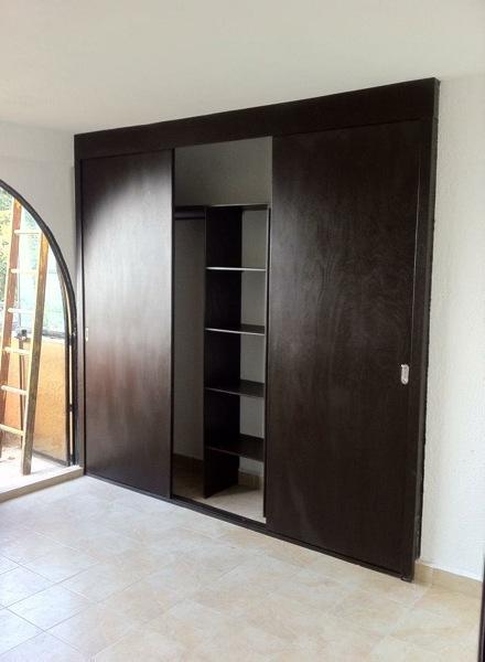 Foto closet de puertas corredizas grande de closets y for Modelos de puertas corredizas de madera