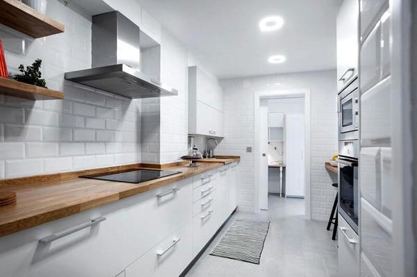 Foto cocina remodelada en color blanco con pared de - Alicatado cocina ...
