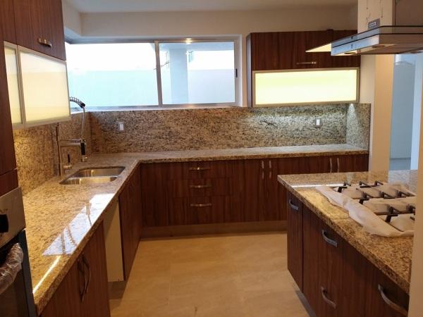 Foto cocina con isla con cubiertas de granito de conlaf for Granito natural para cocinas