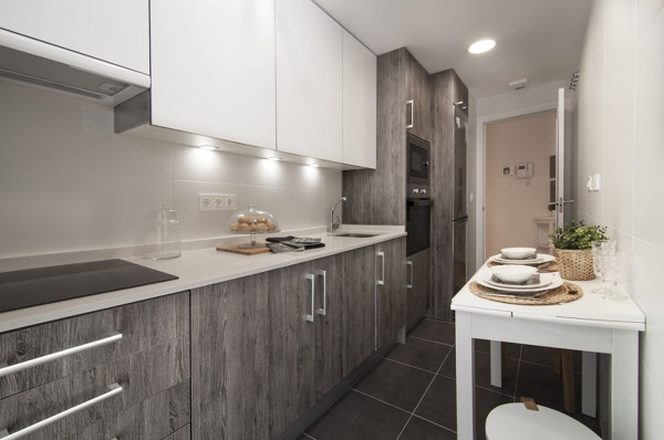 Foto cocina moderna en tonos gris y blanco 243925 for Cocinas grises