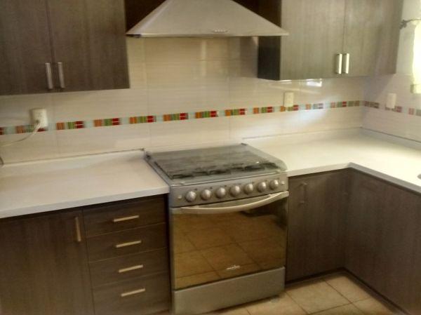 Foto cocina integral acabado tipo madera de blue aim for Planos para cocina integral de madera